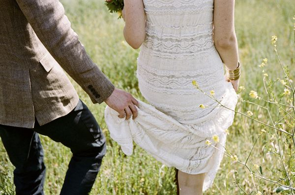 bride-groom-walking-field