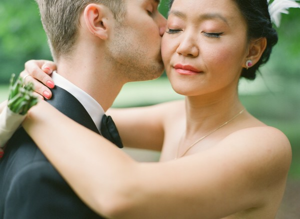 sweet-wedding-kiss-600×439