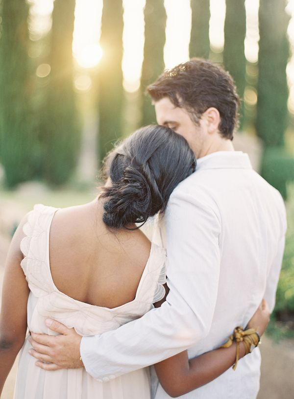 tuscany-inspired-engagement-sunset-kiss