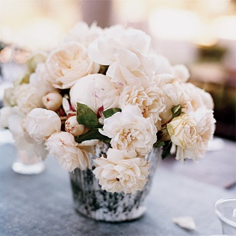 fluffy-white-flower-wedding-centerpiece