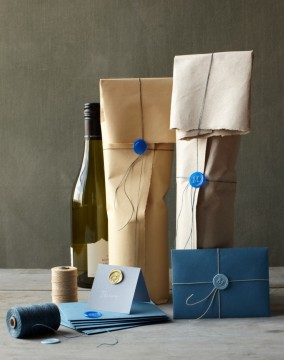 wrapping wine bottles wedding favors