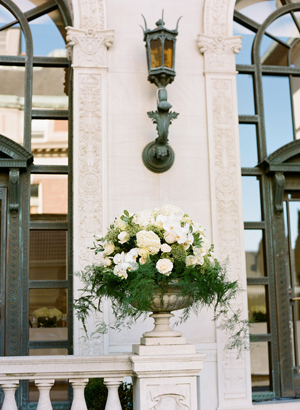 white-flower-ceremony-urns