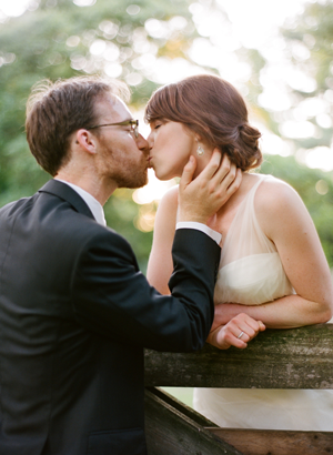 adorable-outdoor-wedding-kiss