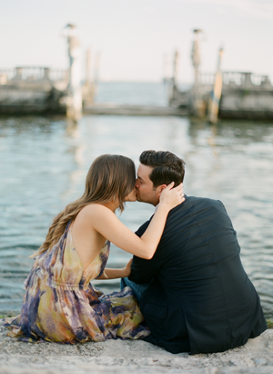 engagement-kiss-photo-ideas