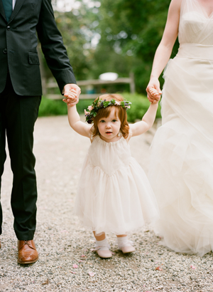 outdoor-wedding-flower-girl-wreath