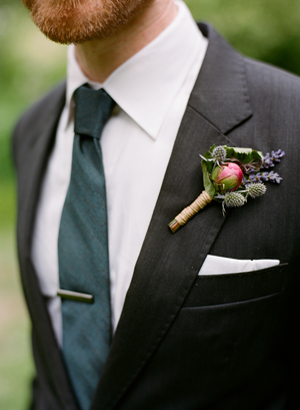 rustic-outdoor-wedding-boutonniere