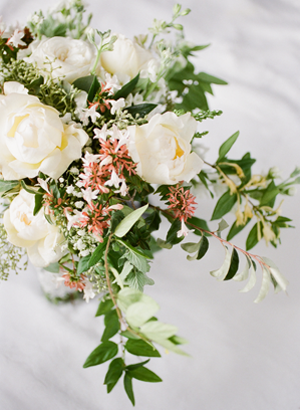 white-and-green-outdoor-wedding-bouquet