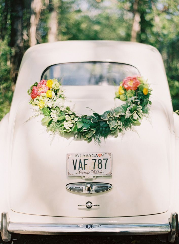 diy-wedding-garland-getaway-car