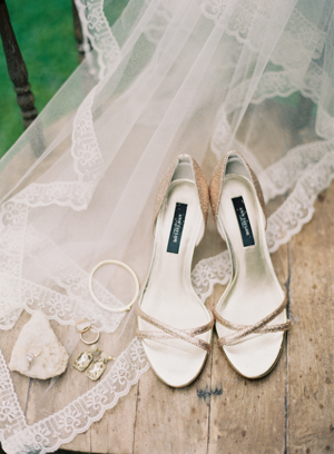 gold-wedding-shoes-and-jewelry-ideas