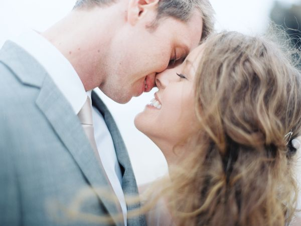 beach-kiss-wedding