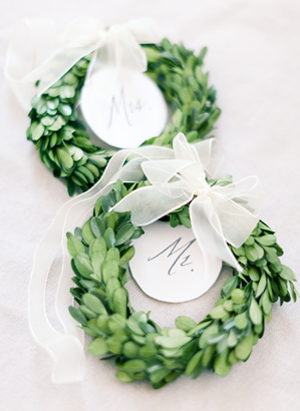 green-wedding-wreath-escort-cards