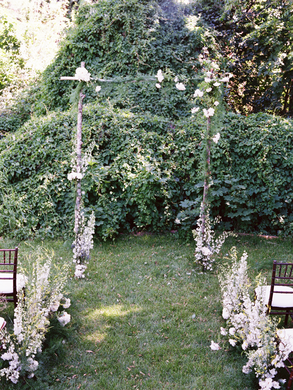 outdoor-wedding-wildflower-aisle-ideas