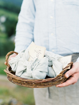 wedding-favor-wrapped-in-linen