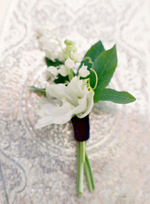 delicate-white-wedding-boutonniere
