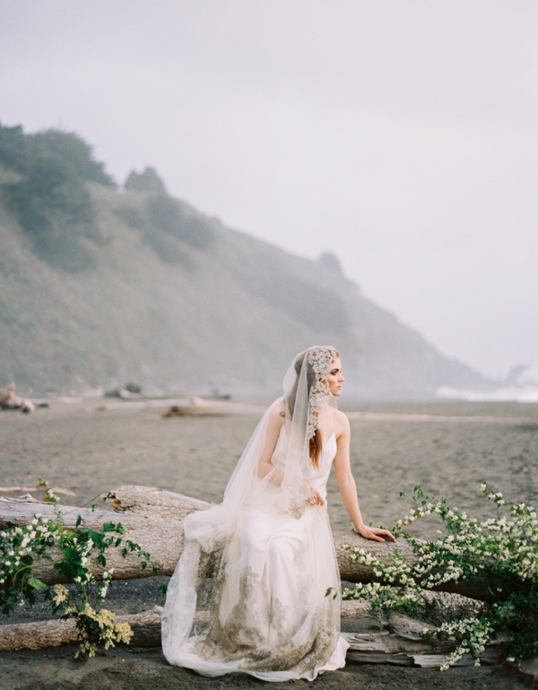 erich-mcvey-ginny-au-ethereal-seaside-wedding-ideas-driftwood-floral-installation