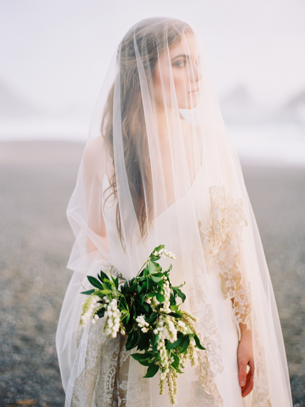 erich-mcvey-ginny-au-ethereal-seaside-wedding-ideas-peoris-bouquet