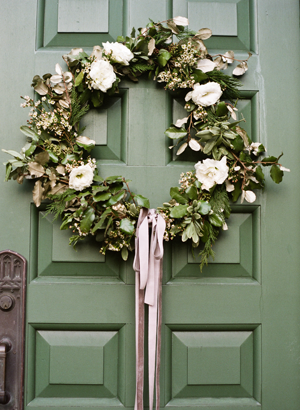 white-wedding-wreath-greenery