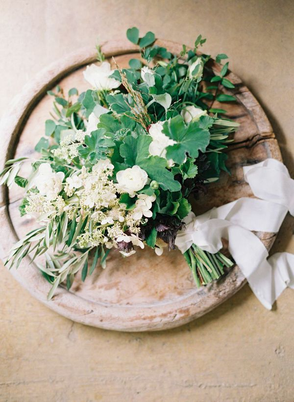 8-organic-greenery-white-flower-bouquet