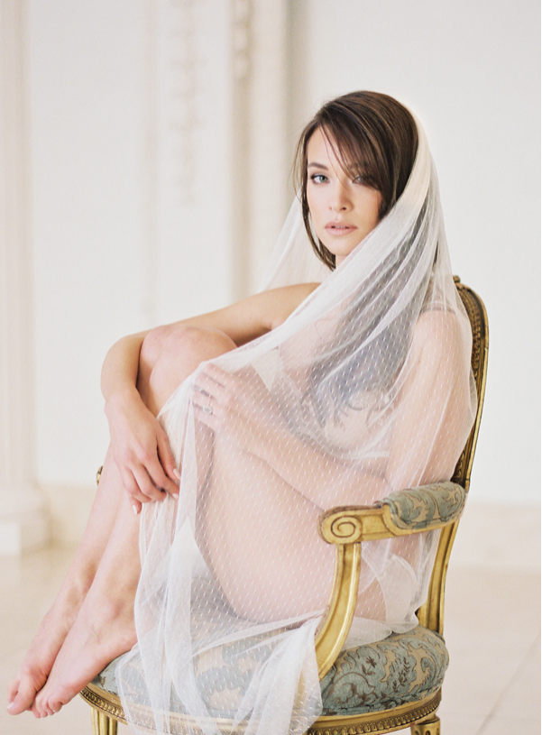 boudoir-photography-with-veil