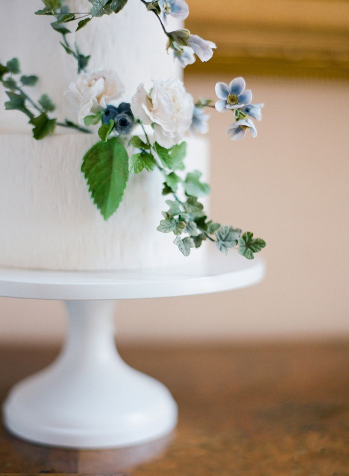 26-white-flowers-wedding-cake