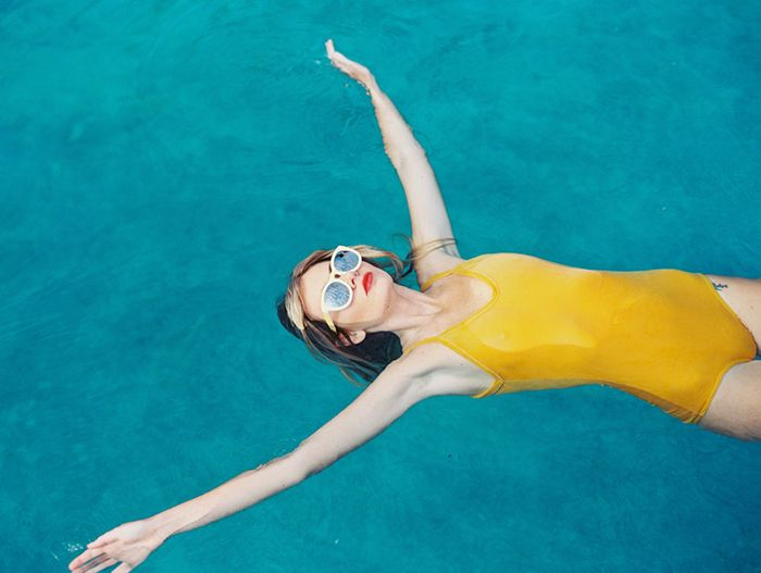 15-wendy-laurel-photography-yellow-swimsuit-backfloat
