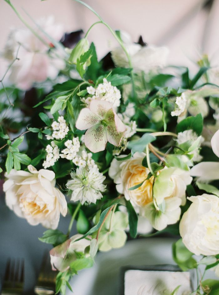12-white-green-soft-wedding-florals