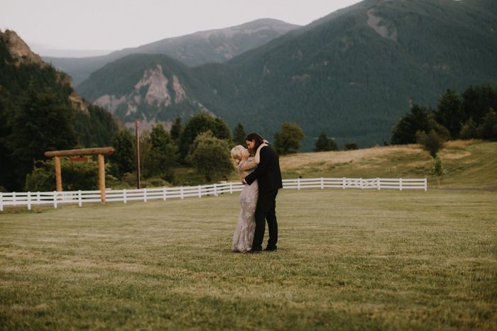 outdoor-simple-mountain-wedding