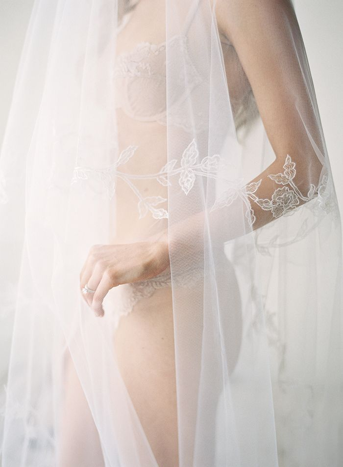 13-delicate-lace-wedding-veil-vera-wang