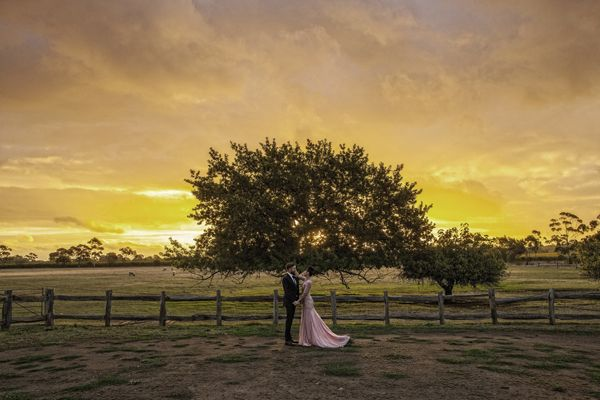 AUSTRALIA: Elegant Rural Wedding | A vineyard in the countryside and a spectacular sunset provided a beautiful backdrop for this wedding.