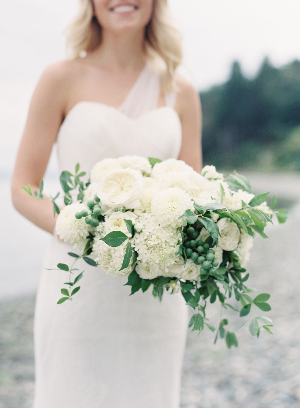 3-simple-beach-wedding-white-green