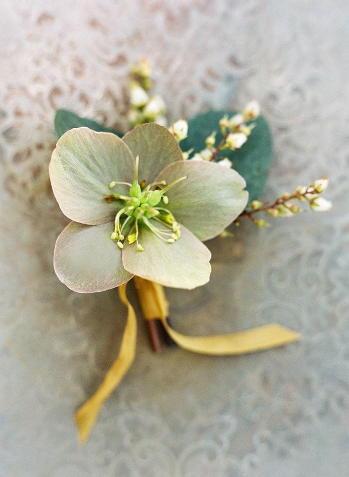 2-simple-and-sweet-boutonniere