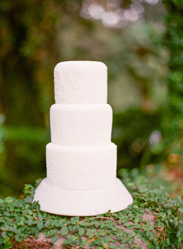 21-simple-white-lace-wedding-cake
