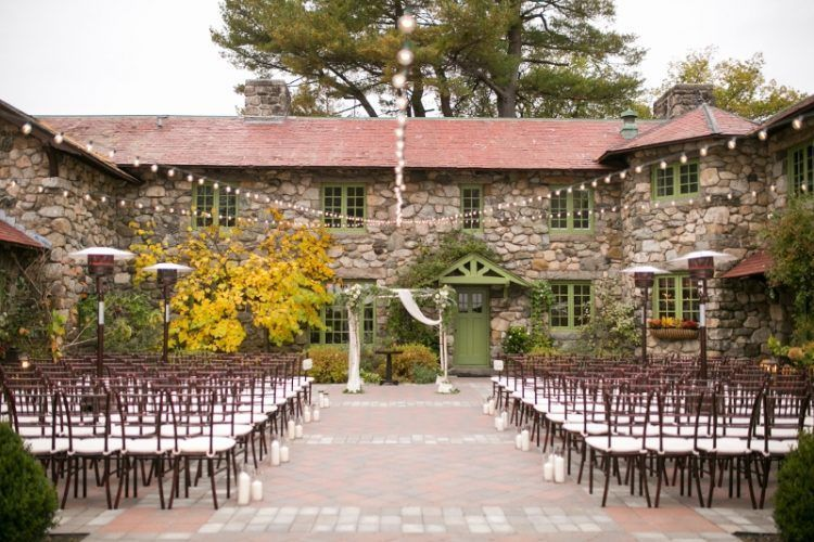 zev-fisher-ceremony-chiavari-chairs-courtyard-garden-foliage-chuppah-aisle-willowdale-estate-800×533-750×500